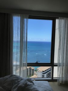 部屋から見えるは海
