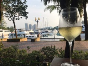 ヨットハーバー沿いでワイン