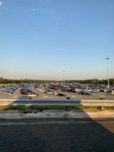 駐車場は渋滞