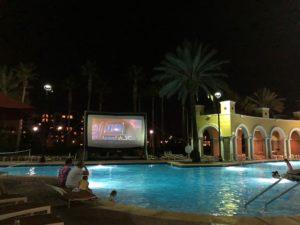 プールの周りで映画鑑賞
